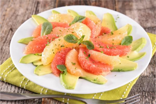 Грејпфрут салата со авокадо