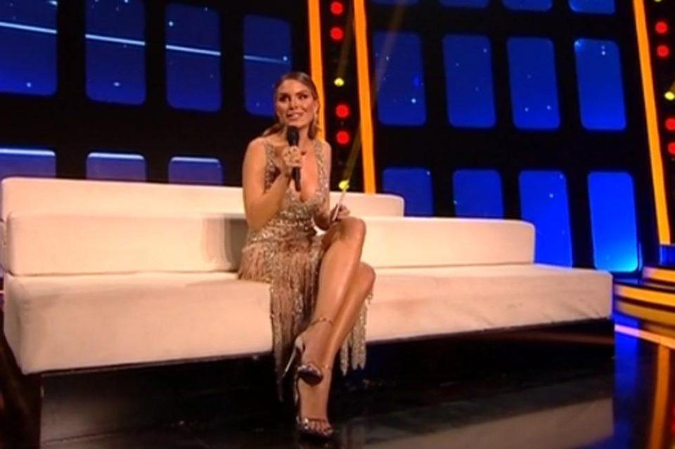 (ФОТО) Момчето на Нина Сеничар дојде зад сцената на ТЛЗП: Секси фустанот го запали, па не можеше да и одолее!