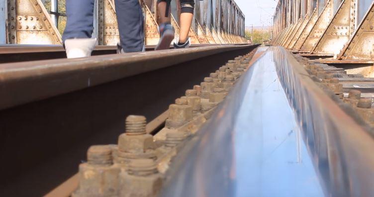 (ВИДЕО) Tинејџери открија напуштен воз во Скопје, погледнете што пронајдоа внатре!