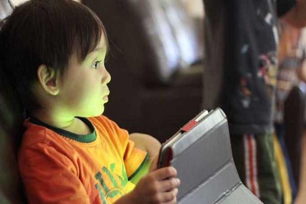 Дали гледањето во екран од најрана возраст може да предизвика аутизам?
