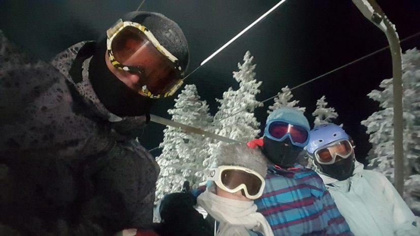 (ФОТО) Згодни, модерни и познати: Тие се најубавото македонско семејство на ски-терените!