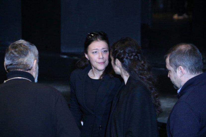 На комеморацијата на Небојша Глоговац се случи нешто што е непоимливо за Балканот: Бившата и сегашната сопруга на актерот, прегрнати се тешеа скршени од болка! (ФОТО)