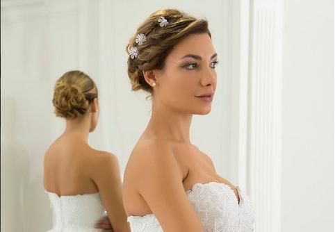 """Која е најразголената невеста на саемот за венчавки: Жешка секси убавица со """"челична тупаница""""! (ФОТО 18+)"""