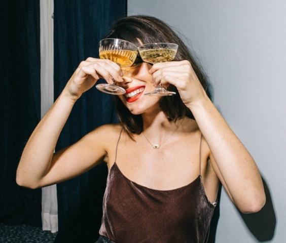 Пет алкохолни пијалоци кои ја уништуваат вашата кожа