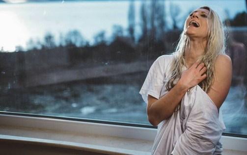 """Наташа Малинкова прашува """"Ако грев е што те сакам"""" (ВИДЕО)"""