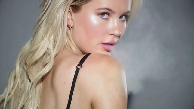 …ШОКАНТНО: Ќерката на Алек Болдвин и Ким Бејсинџер позира разголена во реклама за… марихуана! (ВИДЕО)
