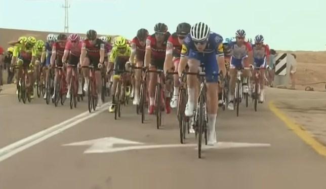"""Девојки со голи гради ги бодреа велосипедистите на """"Џиро ди Италија"""" на вчерашната етапа (ВИДЕО)"""