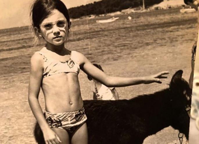 Ќе погодите ли која е? Некогаш слатко девојче – денес позната пејачка! (фото)
