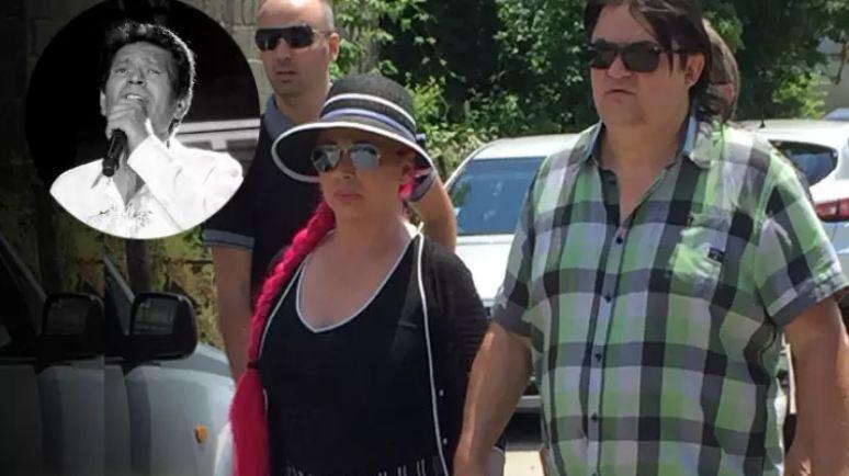 Тага пред домот на Синан Сакиќ: Колегите доаѓаат за последен пат да се поздрават од пејачот!