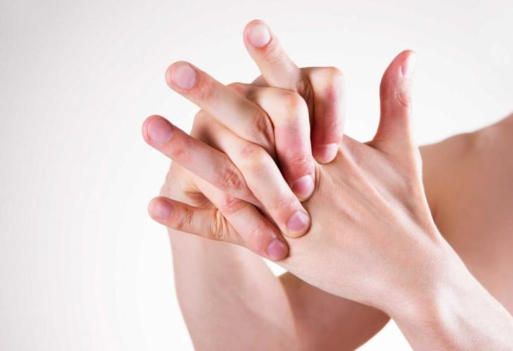 """Што се случува ако ги """"пукате"""" прстите на рацете?"""