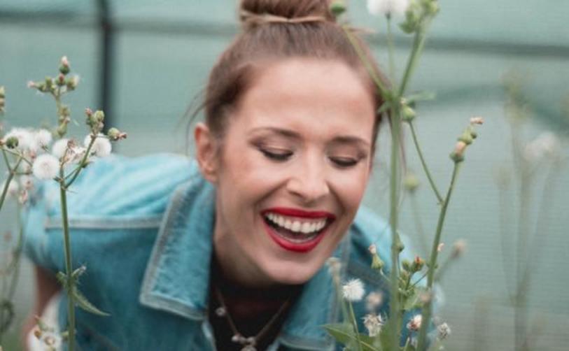 (ФОТО) Божествено убава, неверојатно згодна, блескаво шармантна… Каролина ги грее очите во новата фотосесија