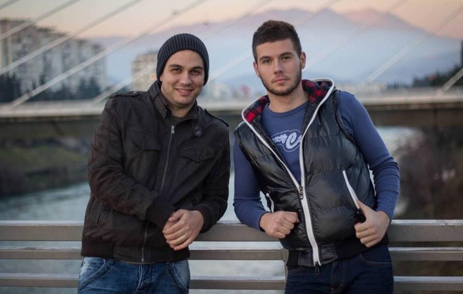 """Брат му Борис му ја украде девојката на Бојан Маровиќ… ама само во новиот спот – """"Како да си тука"""" (ВИДЕО)"""