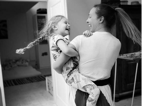 Турската актерка по обидот за самоубиство и физичкото насилство од партнерот, денес живее скромен живот со ќеркичката