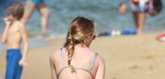 """(ФОТО) Ангелот на """"Викторија Сикрет"""" на плажа: Кога се сврти никој не го очекуваше тоа што го виде"""