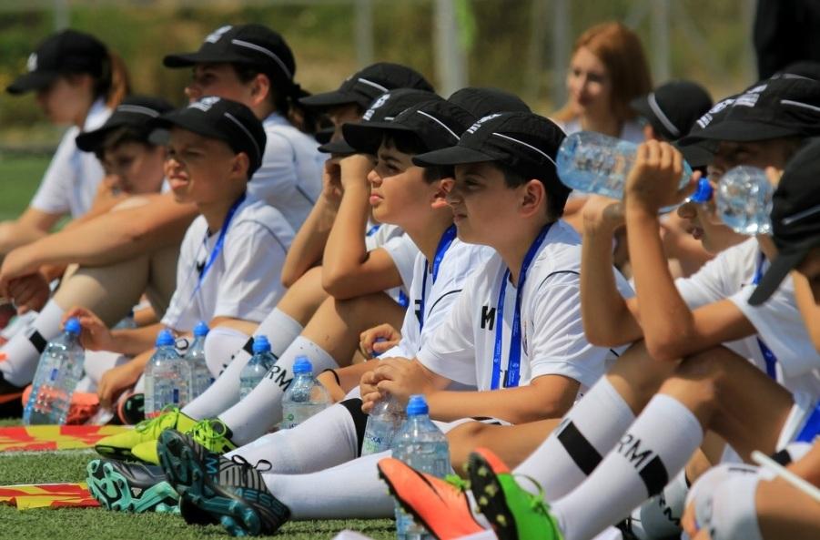 Најмладите – како дел од најдобриот Фудбалски камп на Реал Мадрид деновиве се освежуваат со Изворска Спорт 0,75L