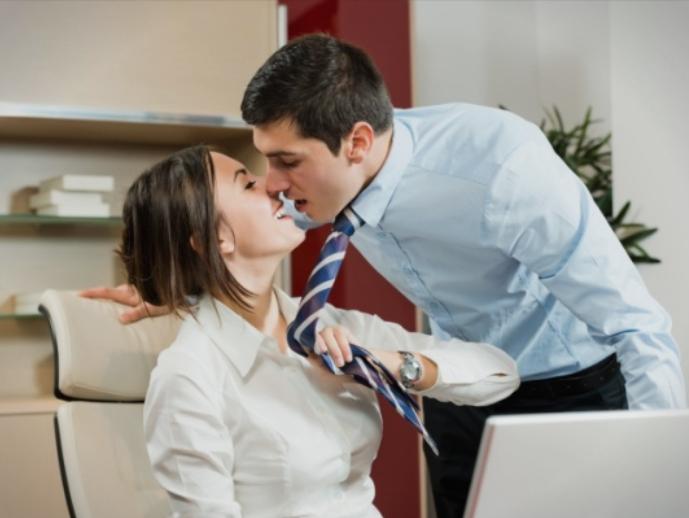 Љубовната врска на работа не се препорачува, но…