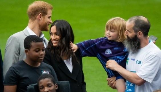 """Детенце ја погали војвотката Меган по косата, погледнете ја слатката реакција кога принцот Хари ќе го """"искара"""""""
