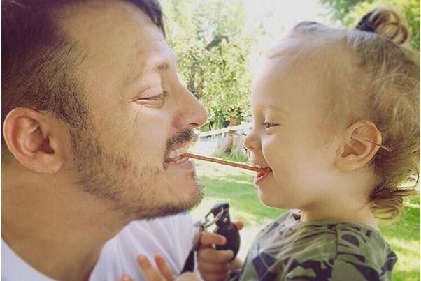 """""""Татко и син"""": Даниел Кајмакоски со стиховите на овој светски евергрин го воспитува својот син (ФОТО+ВИДЕО)"""