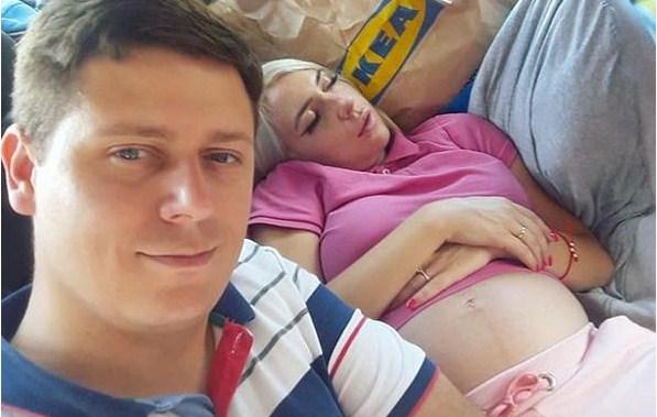 Српскиот политичар и бремената водителка заедно на море: И во бикини на високи потпетици (ФОТО)