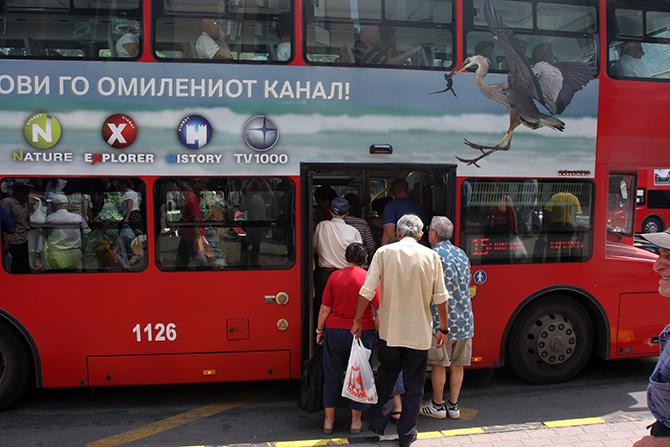 (ФОТО) Сите погледи во нејзините нозе: Шок стајлинг во автобус на ЈСП