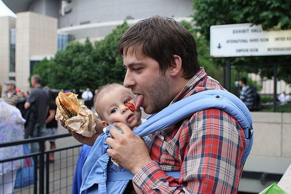 (Фото) Таткото остана сам со бебето: Ќе останете без текст во каква состојба ги најде мајката