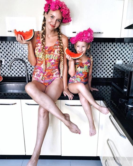 Мајка од Турција создава забавни фотографии со ќеркичката и ја претвора во мини копија на славните личности