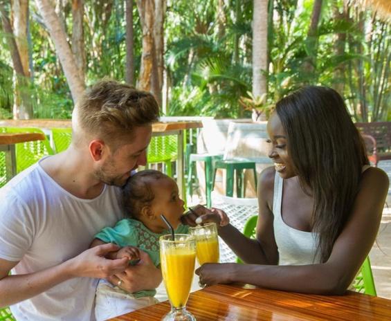 Љубовта не познава боја на кожата: Прекрасно семејство кое освојува на Instagram