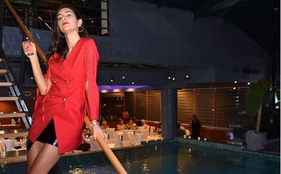 Јелена Спенџарска за малку ќе останеше само по гаќички среде Скопје: Кој и го крена фустанчето на водителката? (ФОТО)