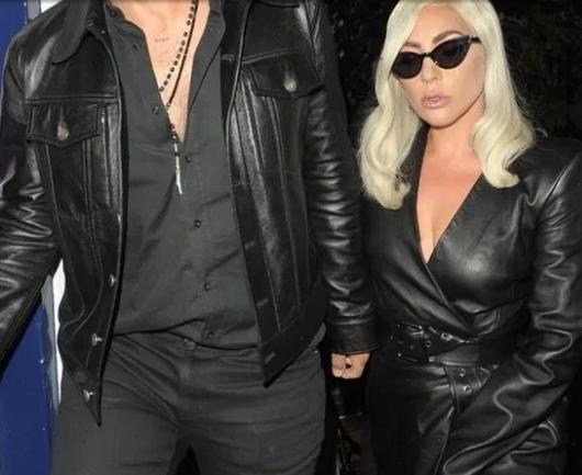 Се покри со раката ама беше доцна: Ѕирна интимата на Лејди Гага која не облече гаќички