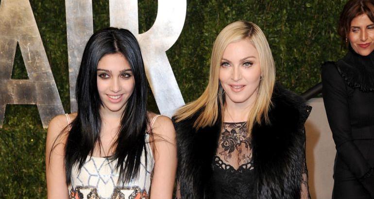 Ќерката на Мадона на модна писта се појави со влакнести нозе (фото)