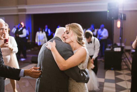 """Невеста танцуваше со 95-годишниот дедо на свадбата: """"Никогаш не сум го видела толку насмеан"""""""