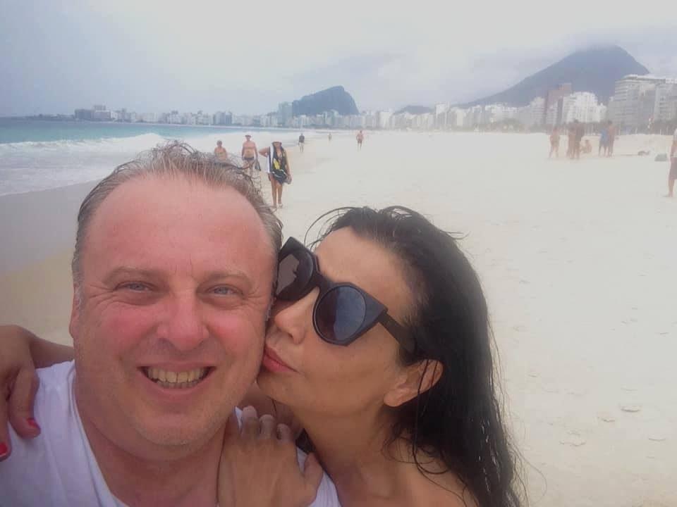 Горан Алачки и Марина Дојчиновска во љубовна идила: Хармоникашот и водителката разменуваа нежности во Бразил (ФОТО)