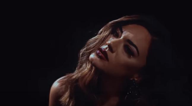 """Нова моќна балада на Елена Ристеска за сите скршени срца: """"Снаге за крај"""" (видео)"""