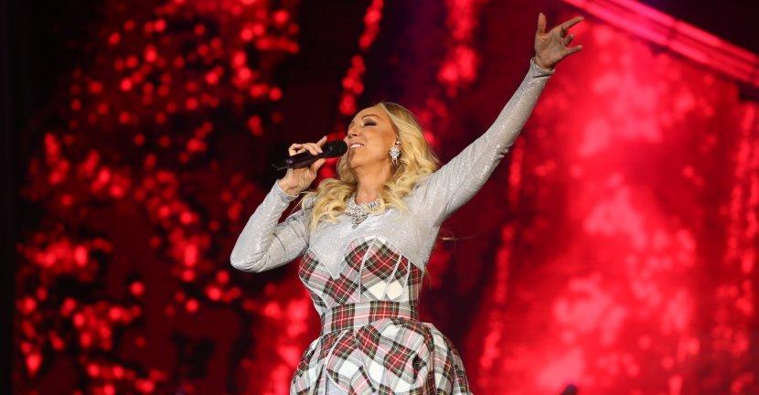 """Некогаш слетуваше со хеликоптер, а вака вчеравечер Лепа Брена се појави на концертот во """"Штарк Арена"""" (видео)"""