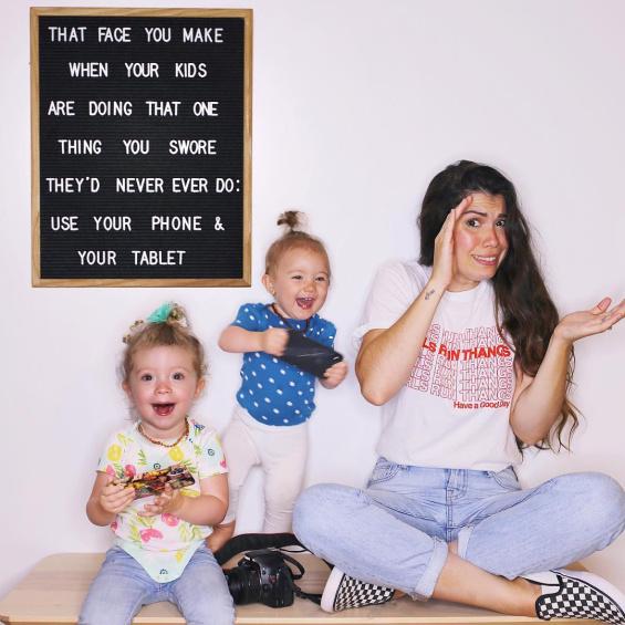 Мајка со забавни пораки на табла го документира животот со две мали деца