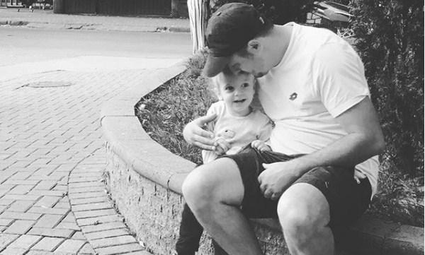 Синчето на Даниел Кајмаковски возврати љубов: Мама ја погали, тато си го бакна, дури и на слика! (ВИДЕО)