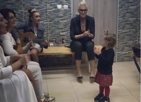 """На концертот за Тоше, Хана беше ѕвезда во бекстејџот: Ева како и зошто, тета Тијана и """"Фрајле"""" го """"бркаа штркот"""" (ВИДЕО)"""