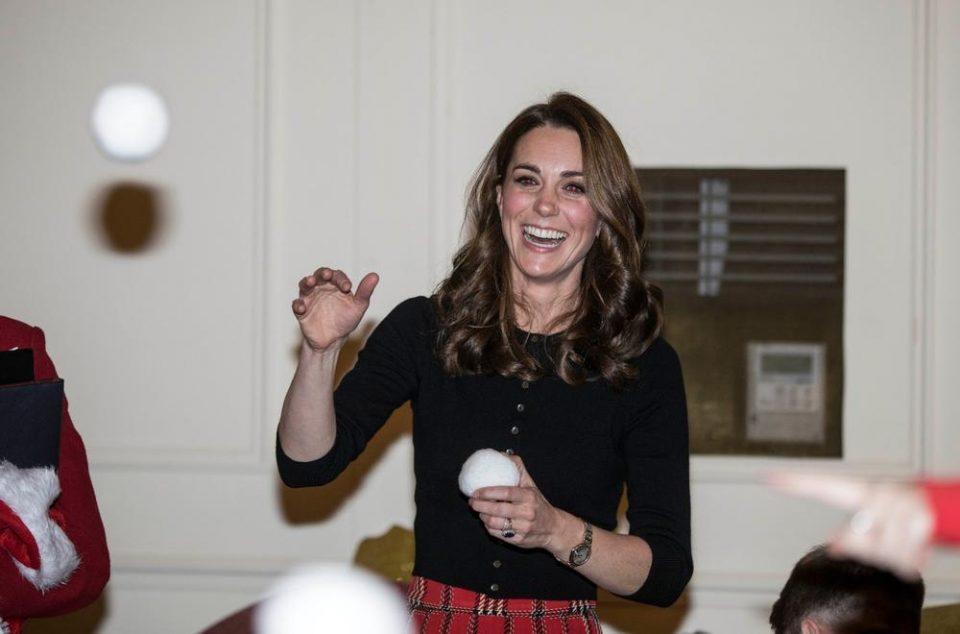 Кејт Мидлтон е како тинејџерка во божиќната модерна комбинација (фото)