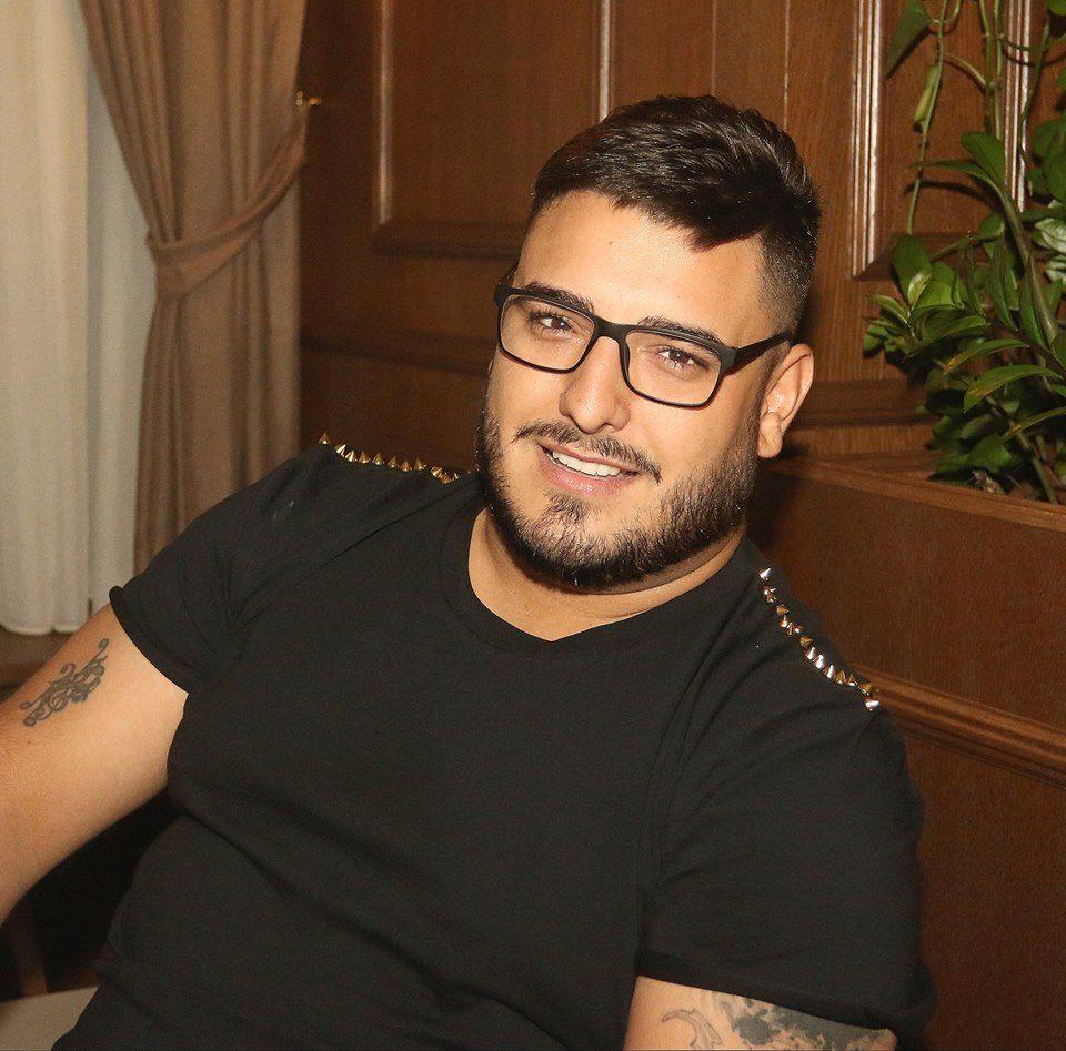 Во новогодишен амбиент: Другарот на Дарко Лазиќ објави видео од собата на бања каде лежи пејачот (видео)