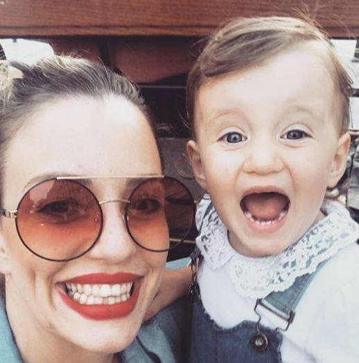 Таа најмногу се радува на новиoт член на семејството: Прва заедничка фотографија на Хана и Дарен (фото)