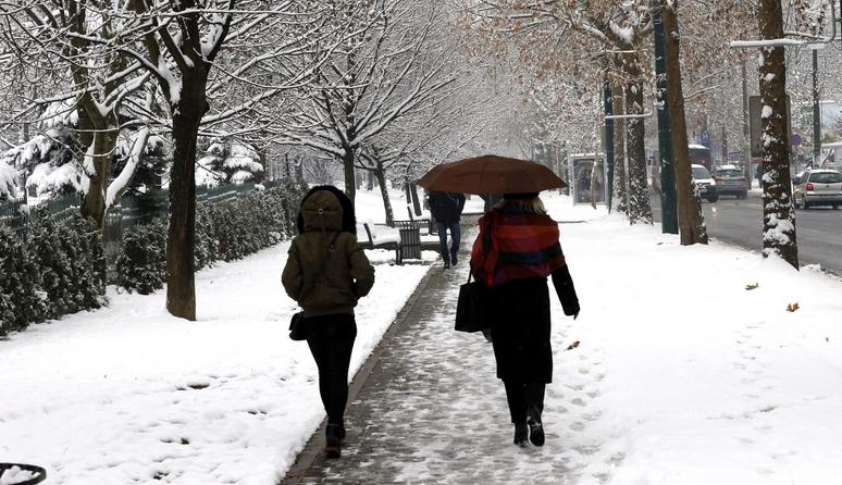 Променливо облачно со слаби врнежи од дожд и снег и засилен северен ветер