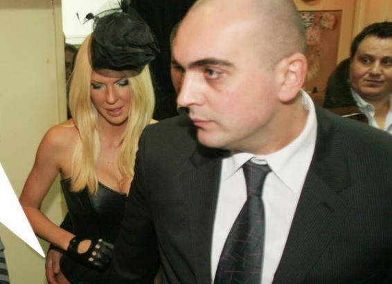 Српските медиуми не престануваат со линч на Карлеуша: Сега објавија стара фотографија на која телохранителот ја допира за задникот (фото)