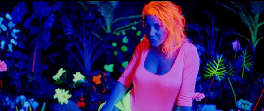 """Сузана Гавазова во поход на фолк тронот и регионот: Брутално секси, """"намачкана"""" со сите бои, со хит и провокација тргна да ја освои целата нација (ВИДЕО)"""