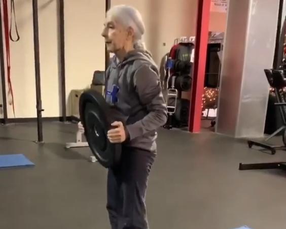 72 годишна баба ги мотивира Инстаграм следбениците да вежбаат за подолг и поздрав живот