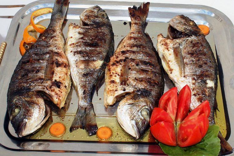 Кога печете риба додадете го ова во тавата – домот помолаку ќе замириса