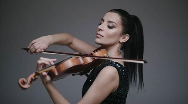 """Андријана Јаневска ја подотвора вратата на успехот во регионот со """"Дај пољуби ме"""" (ВИДЕО)"""