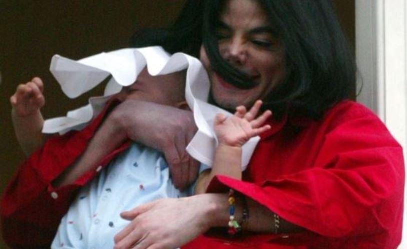 Со години беше непознат за јавноста: Еве како изгледа синот на Мајкл Џексон кој како бебе за малку не го испушти од балкон (фото)