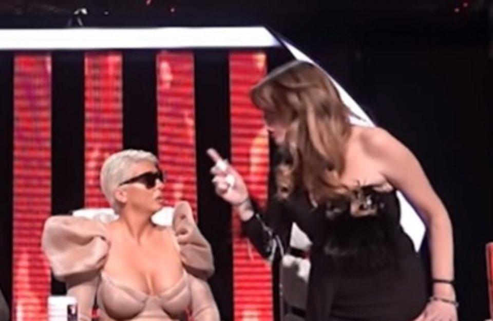 """Драма во """"Ѕвездите на Гранд"""": Вики Миљковиќ мавташе со прстот пред носот на Карлеуша, заплака и си замина (фото)"""