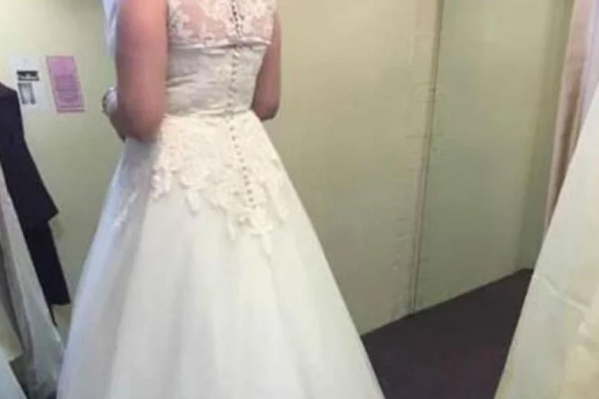 """Ја продава венчаницата за да собере пари за развод: """"Фустанот е подолг од мојот брак"""""""