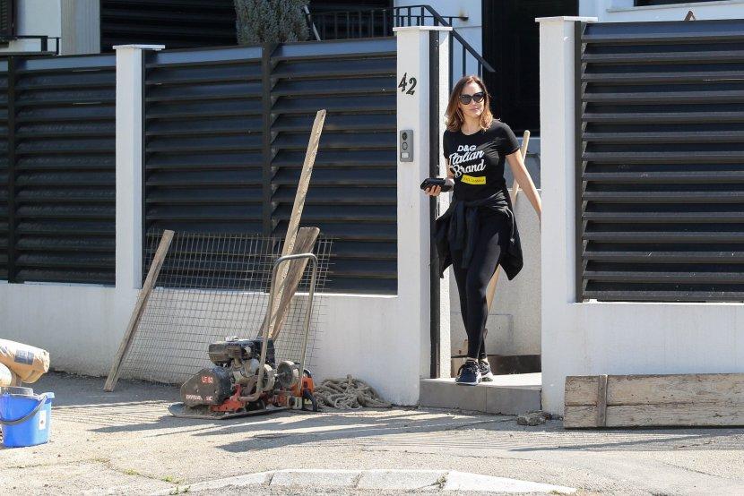 Папарацо фотографии: Александра Пријовиќ вака изгледа еден месец по породувањето (фото)